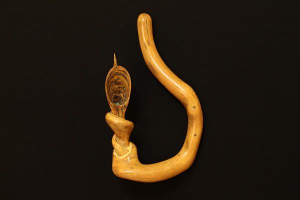 """Ohr""  1998, Holz, hängend, 36 cm hoch"