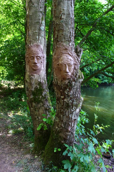 """Juli 2015, """"Zwei Baumgesichter"""" Lehmskulptur  im Saarbrücker Urwald"""